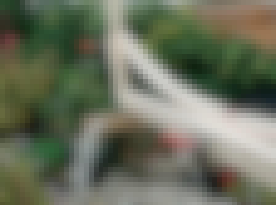 Glastak: Medan balken (B) och stödbrädorna (D) sitter ihop på prov och är fixerade i rät vinkel, placerar du bågen vid sidan av delarna och tvingar bågen i önskad form.