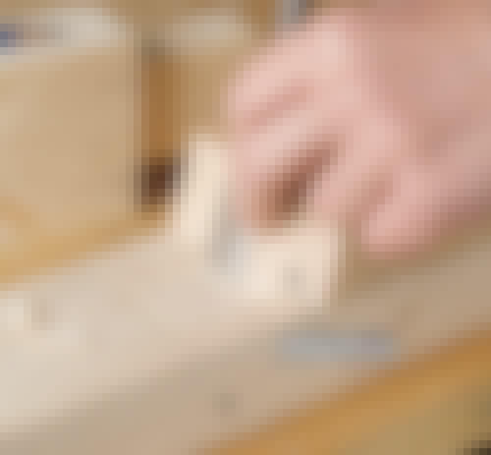 Glastak: Gör det vinklade tapphålen i stödbrädorna (D).