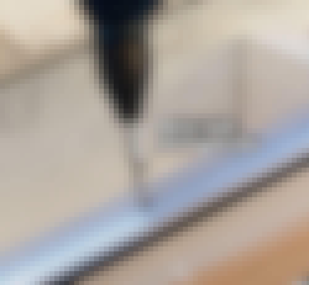 Glastak: Skruvarna, som håller fast aluminiumprofilerna, dras åt så hårt att profilen pressas ihop en aning.