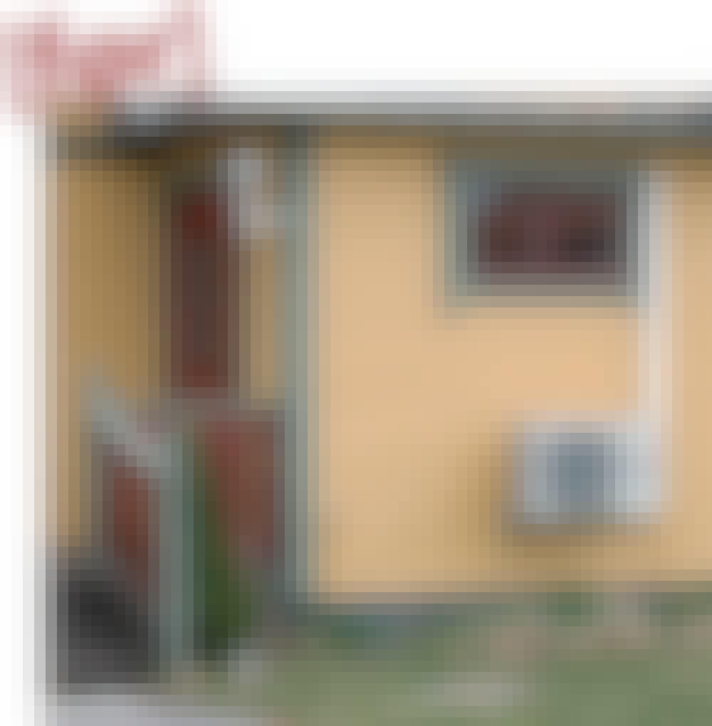 Varmepumpeskjuler: Luftvarmepumpen sidder på væggen lige ved indgangen til huset. Og den pynter jo ikke ligefrem.