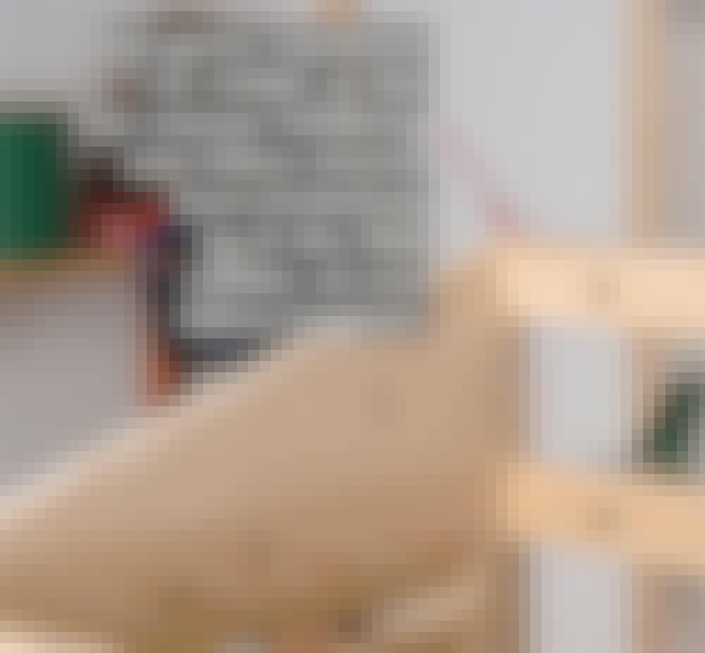 Varmepumpeskjuler: Placer tværlisten (E) mellem de to kiler bag på kassen