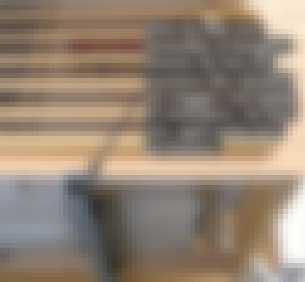Varmepumpeskjuler: Kassen skrues fast til stålkonsollerne med montageskruer.