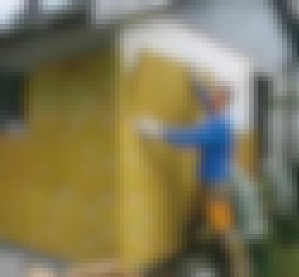 Utvendig isolering: Isolasjonen trykkes fast på veggen.