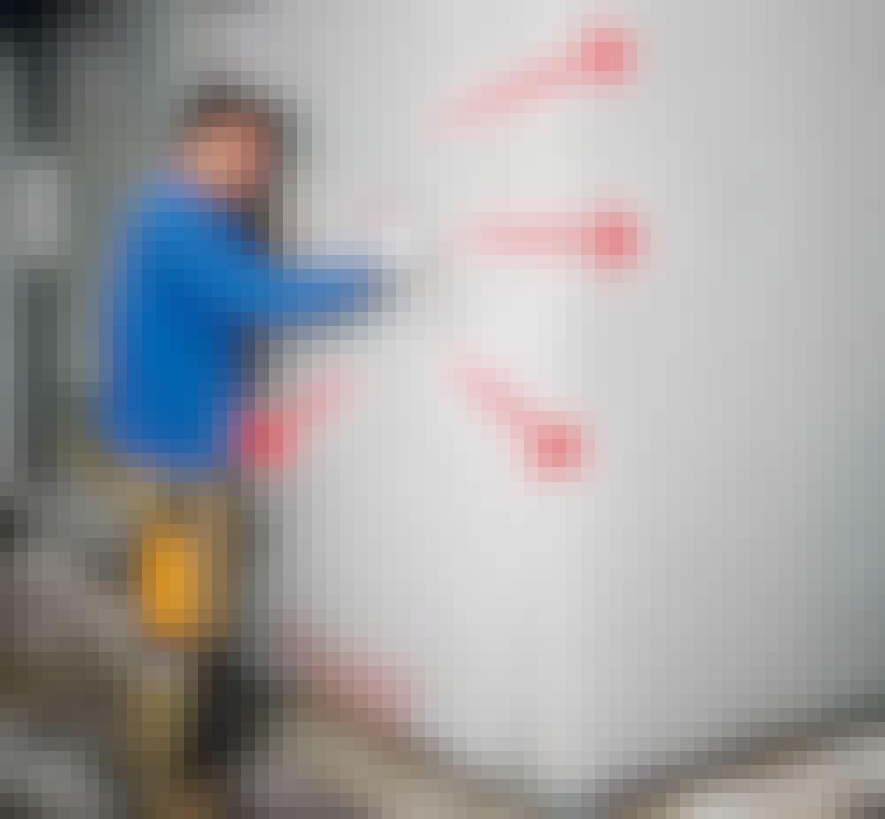 Udvendig isolering: Grundpudsen forstærkes på fladerne med armeringsnet (H).