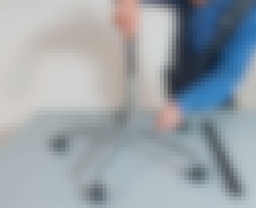 Gipsheis: Hullet i understellet er litt for trangt til støvsugerrøret, så røret på under stellet må pusses eller files.