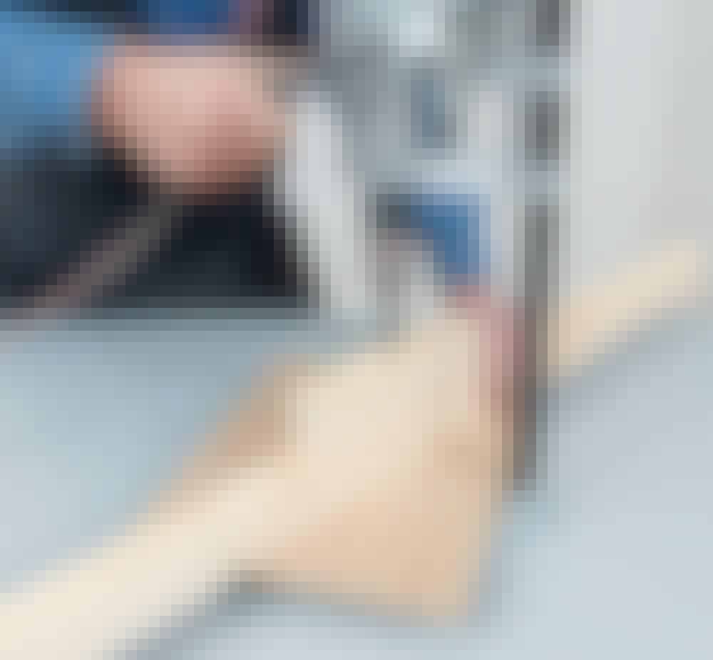 Levyhissi: Poraa 10,5 mm:n poranterällä 10 cm syvä reikä keskelle tukipalaa palkkiin asti.