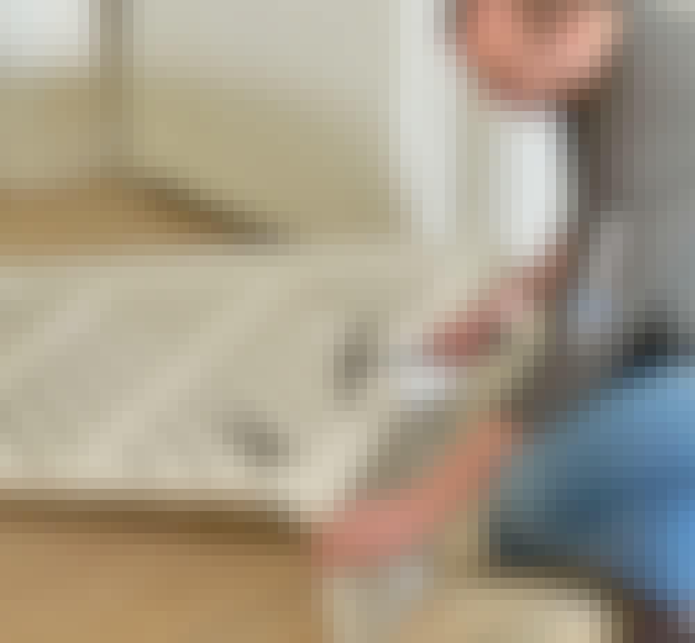 Patterinsuojus: Liimaa ja naulaa sivukappale (F) etukehykseen 1,8 x 50 mm uppo-kantanauloilla.