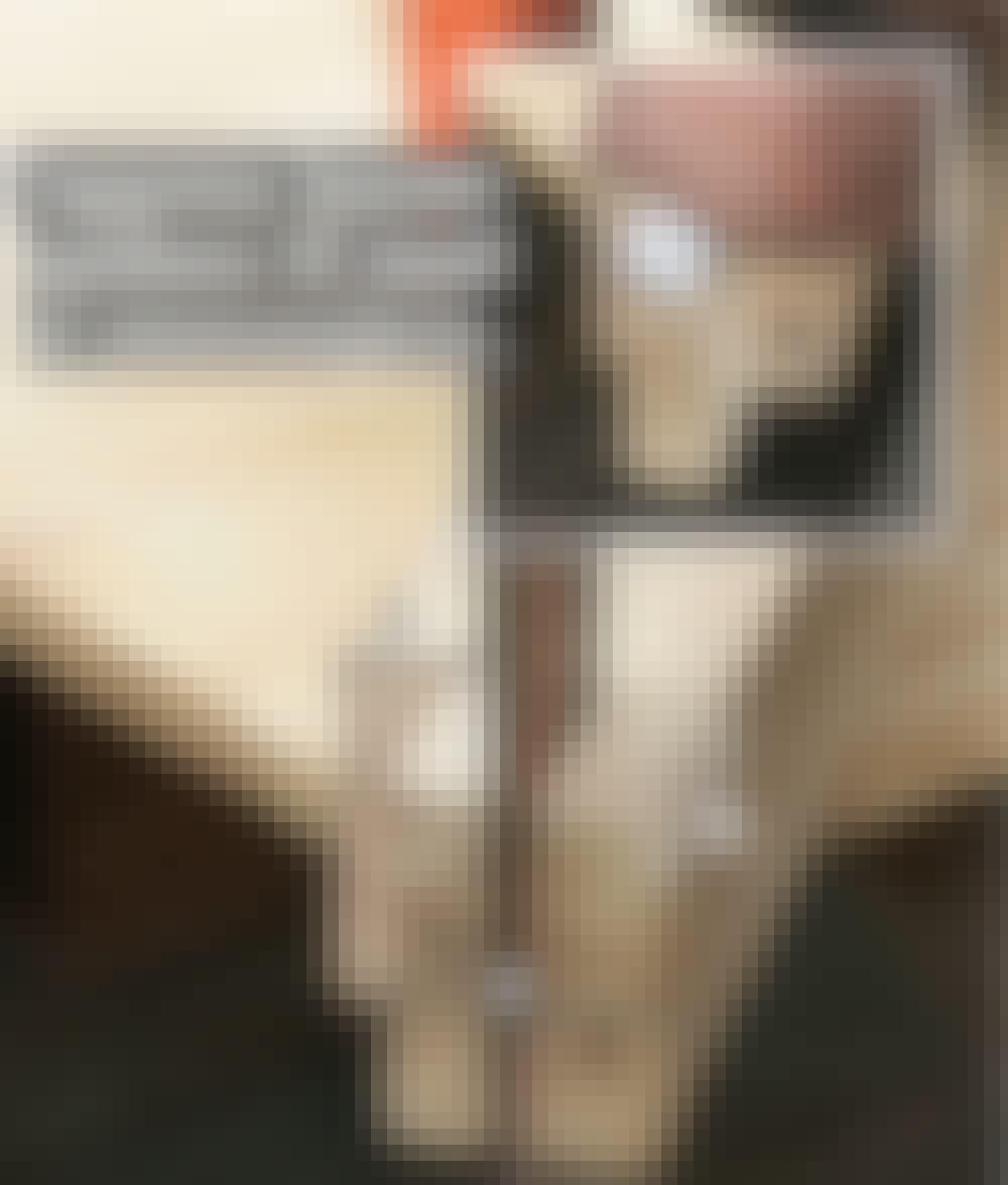 Sejldug: Lav en tap i hver af de lodrette stolper (A).