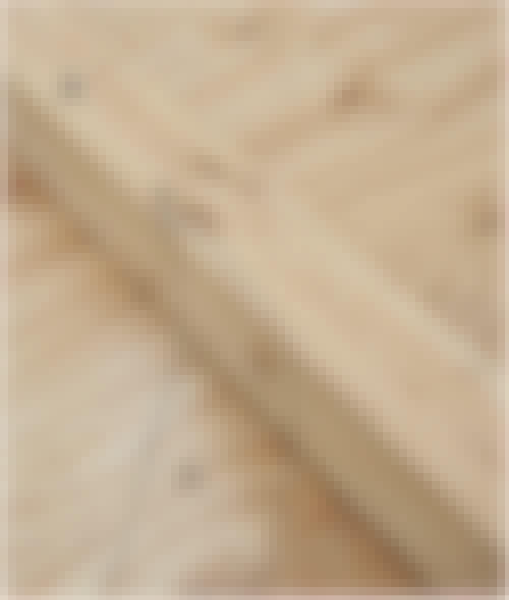Sejldug: Læg så en stolpe (A) på skabelonen, og streg op, hvor der skal være hak til skrå-stiveren.
