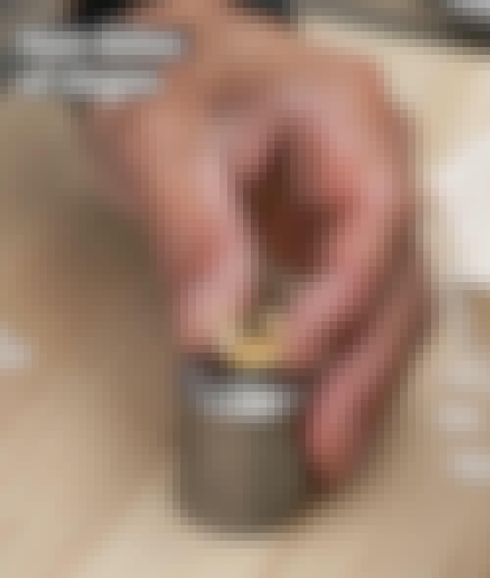 Sejldug: Læg han-delen af en sejlring med kraven opad på nederste del af stempel-maskinen.