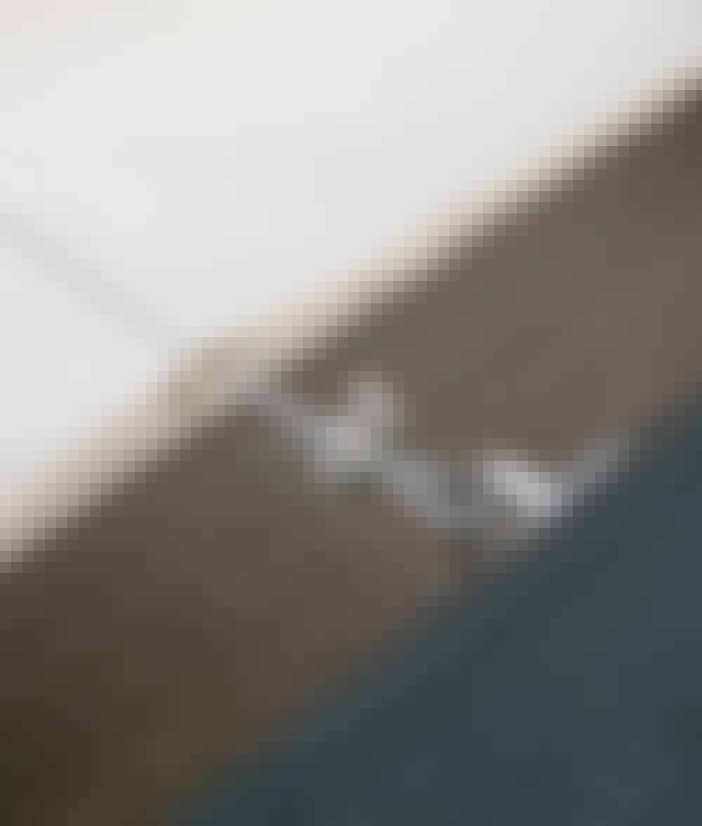 Sejldug: Træk markisen på en 2 mm plastbetrukket stålwire.