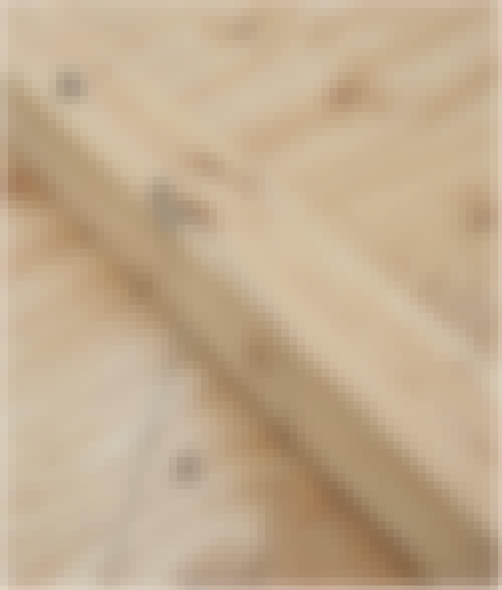 Seilduk: Legg en stolpe (A) på malen, og strek opp der det skal være hakk til skråstiveren.