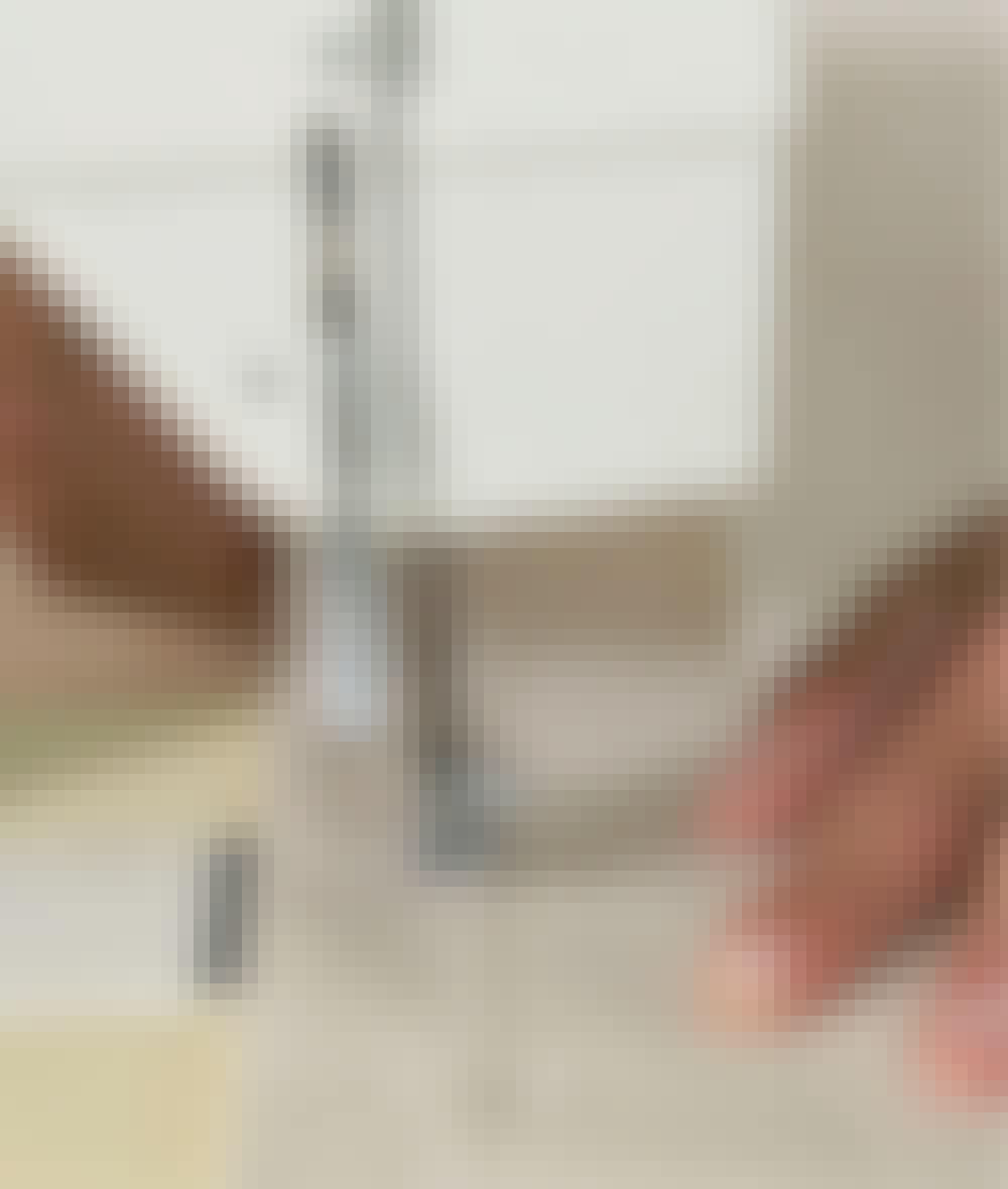 Seilduk: Bøy en 3 cm bred søm langs to av kantene, sett i nåler, og stryk sømmen før du syr 2,5 cm fra kanten.