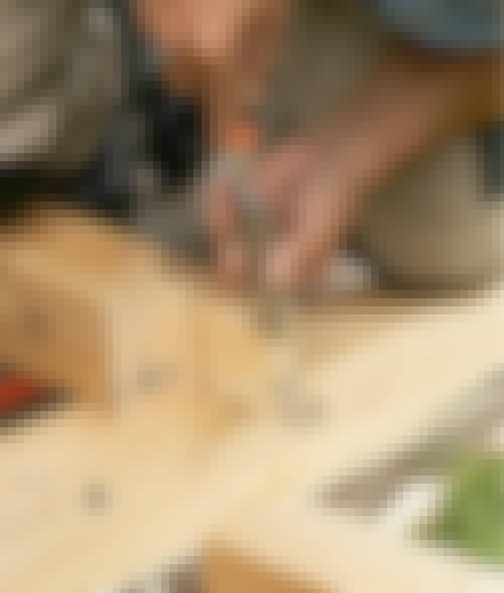 Segelduk: Ta bort överflödigt trä med såg och stämjärn.