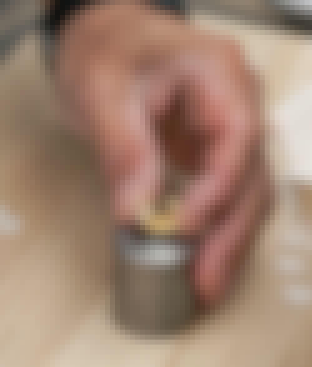 Segelduk: Lägg handelen av öljetten med kragen uppåt på den nedersta delen av slagverktyget.