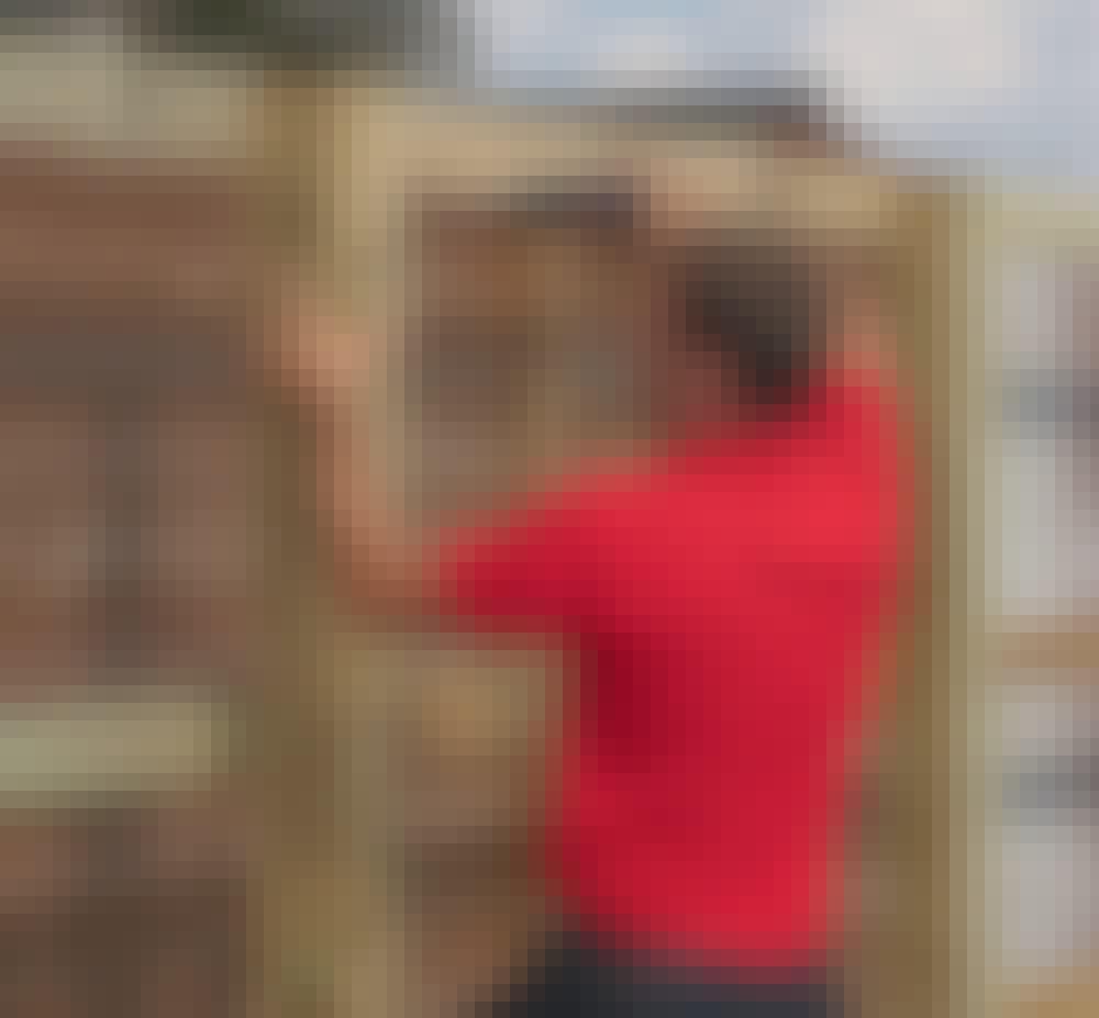 Støjhegn: Sæt lægter (E) fast midt på forsiden af stolperne (A) med 5 x 100 mm skruer.