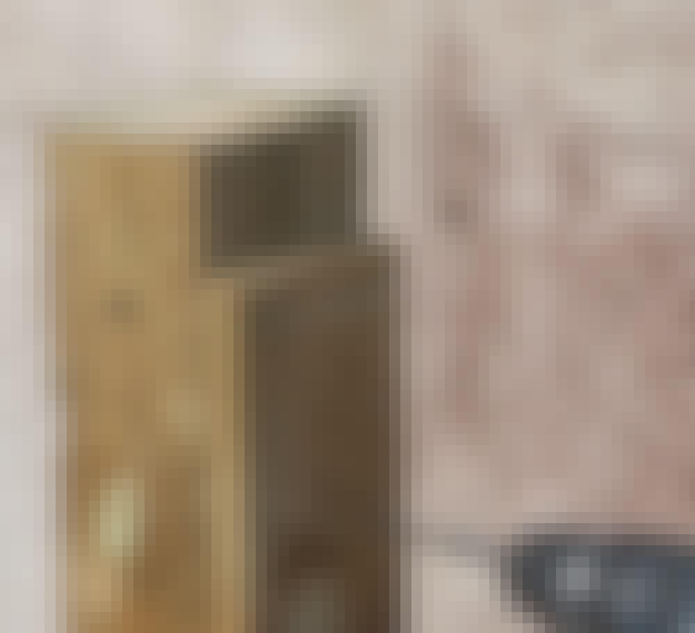 """Støjhegn: 1. En stump bræt skrues fast øverst på den stolpe (A), hvor hegnet skal """"falde"""" i højde."""