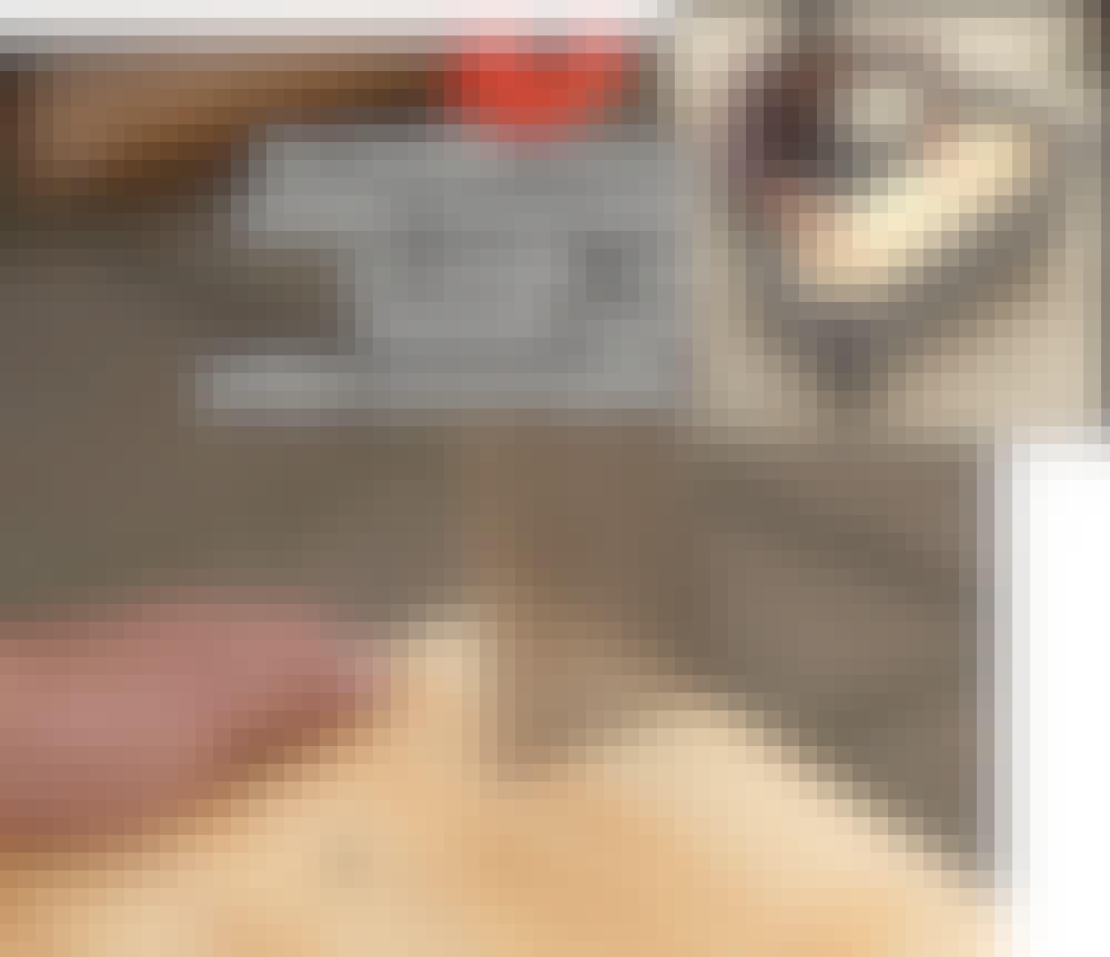 Säilytyslaatikko ulos tee itse: Leikkaa pohjalevyyn (E) kolot kulma tolpille.