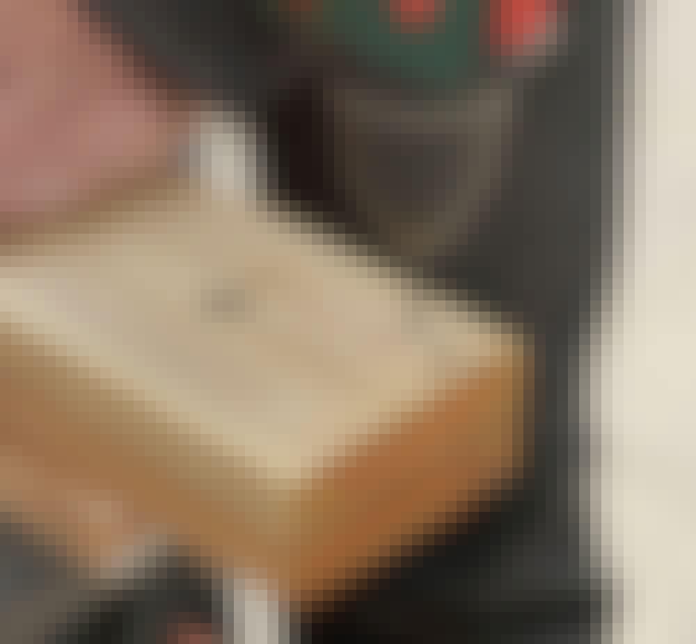 Hjemmelavet hyndeboks: Bor for til skruerne i brædderne med et 3,5 mm bor, når stolper (A) og brædder (B og C) er skåret til.