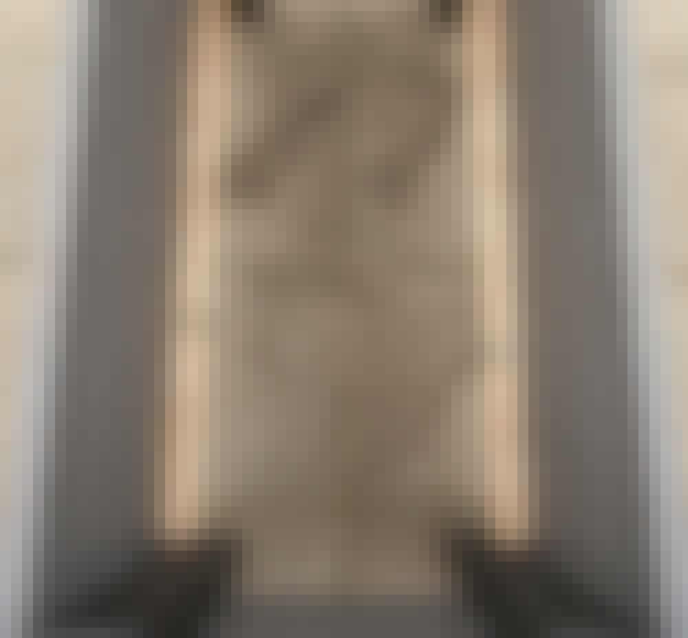 Hjemmelavet hyndeboks: Skru støttelisterne (D) indvendigt i boksen på indersiden af de nederste lange brædder