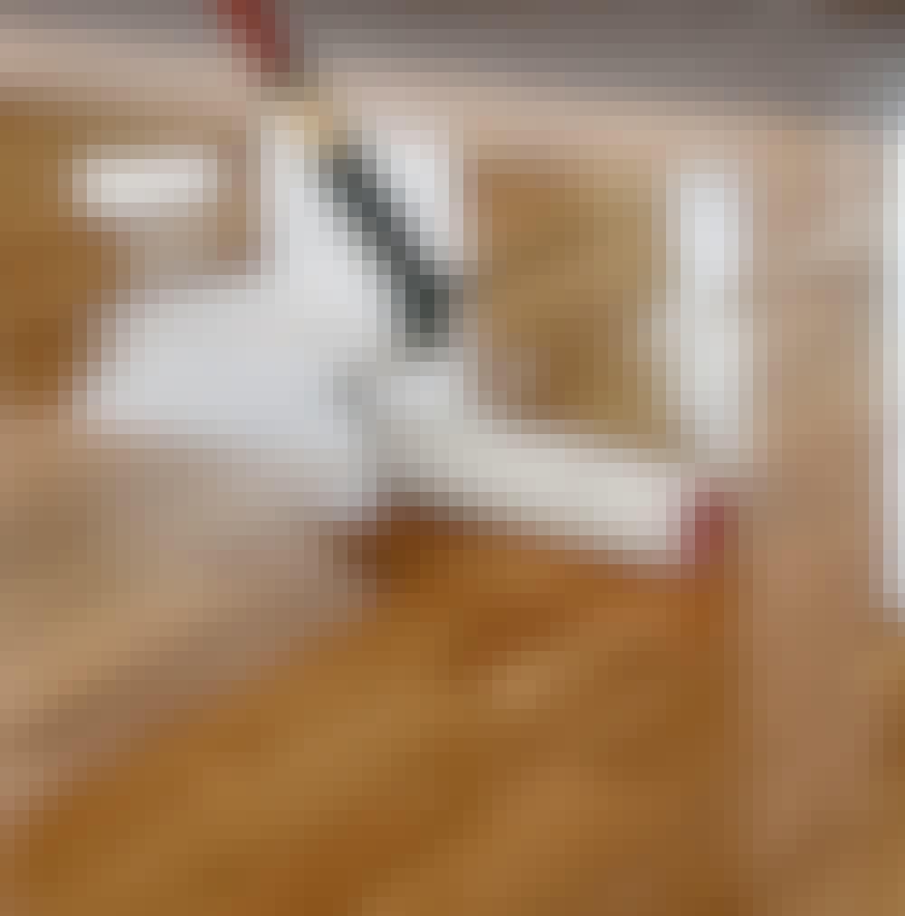 Gulvlakering: Til slut skal gulvet have (mindst) to lag lak mere.