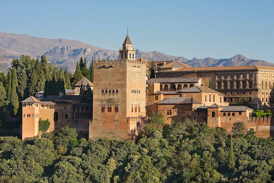 Alhambra - exteriör över det moriska palatset i Granada.