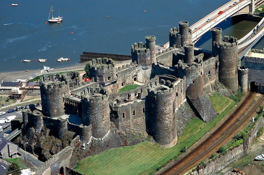 Den medeltida fästningen Conwy Castle på Wales nordkust. Bild tagen ovanifrån.