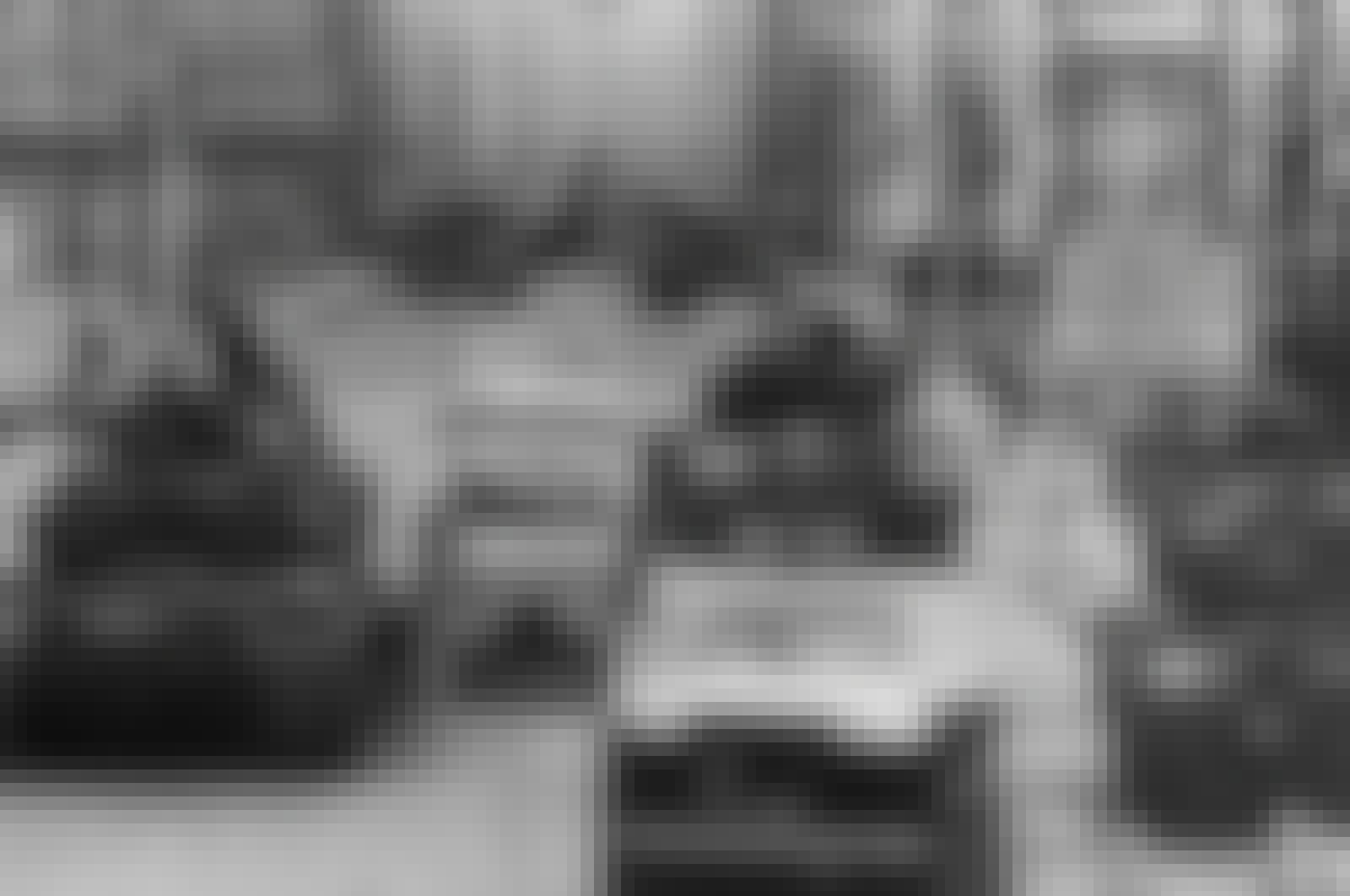 Sovjetiske og amerikanske tanks står overfor hverandre ved Checkpoint Charlie.