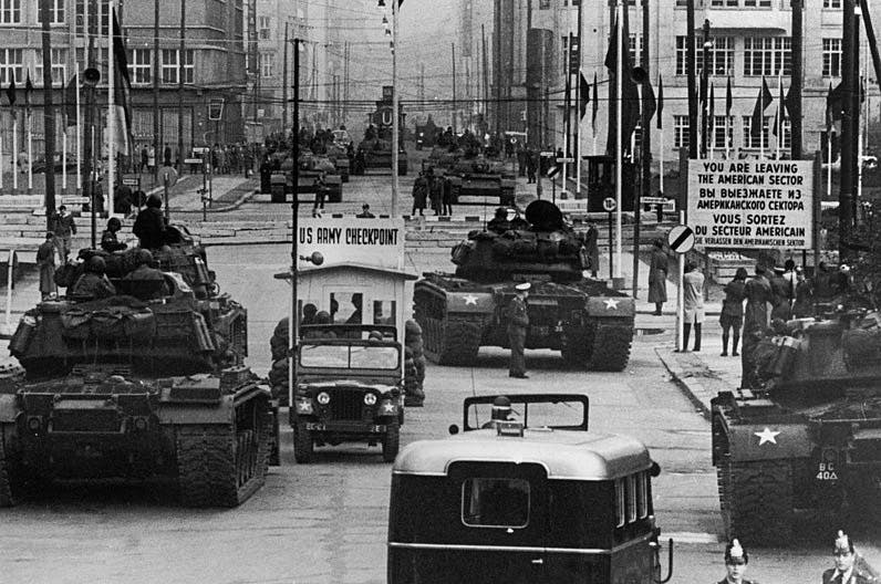 Sovjetiske og amerikanske kampvogne står overfor hinanden ved Checkpoint Charlie.