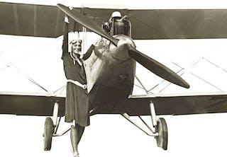 Amelia Earhart bij haar vliegtuig