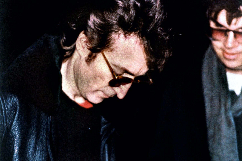 Одно из последних фото Джона при жизни. 8 декабря 1980 года, Нью-Йорк. Рядом с ним мы видим его убийцу — Марка Чепмена.