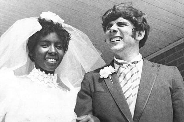 Sort-hvidt par kæmper for kærligheden.