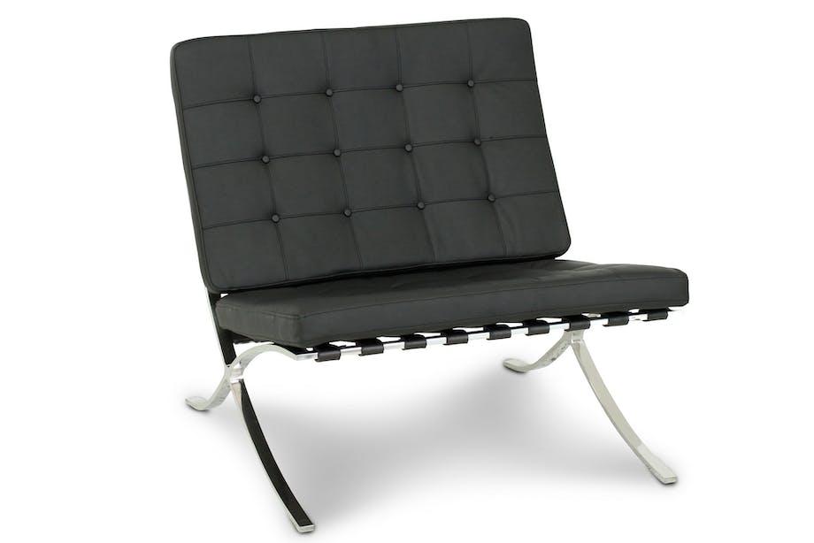 På 1920-talet började berömda arkitekter som Le Corbusier och Mies van der Rohe designa ergonomiska fåtöljer gjorda i förkromat stål och läder. På bilden fåtöljen Madrid från Trademax.se.