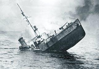 Tysk minsvepare sjunker sedan den gått på en mina i Östersjön under första världskriget.