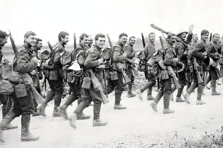 Första världskriget. Brittiska soldater på marsch i Frankrike. Puttees – benlindor – syns.