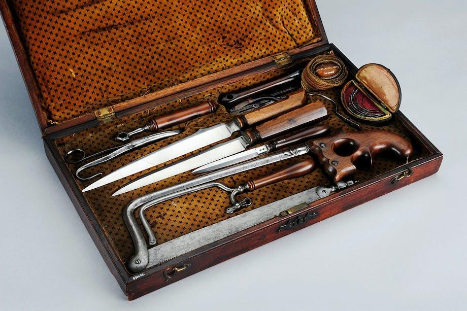 Kirurgs verktygslåda med såg, knivar och andra instrument för amputationer. Från 1700-talet.