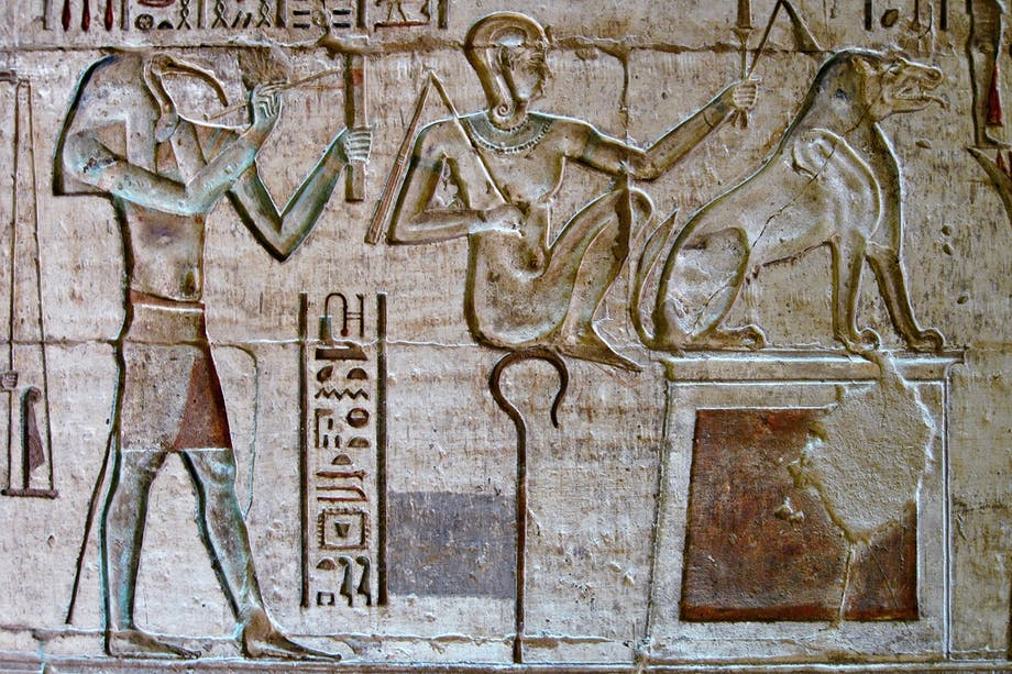 Den egyptiske guden Thot med ibishuvud på relief.