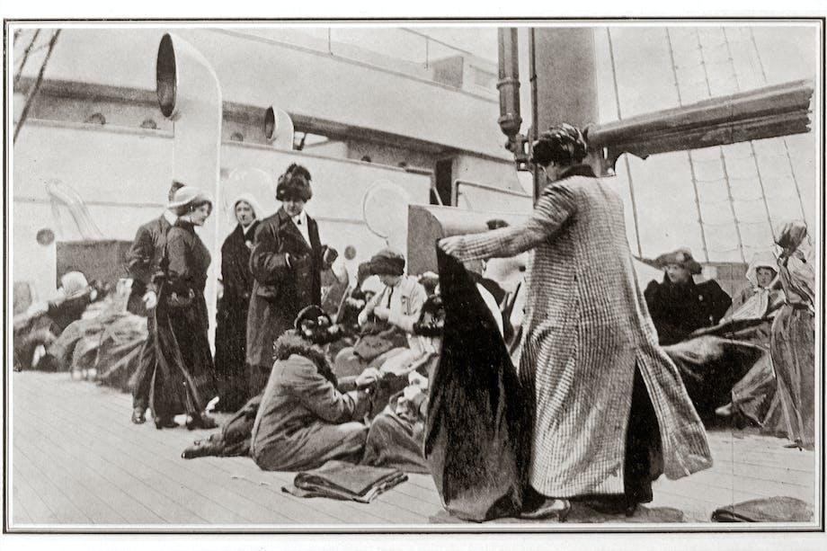 Överlevande efter Titanic-katastrofen tas om hand på Carpathias däck. 1912.