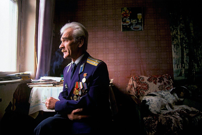 Mannen som stoppade ett tredje världskrig. Porträtt vid fönster.