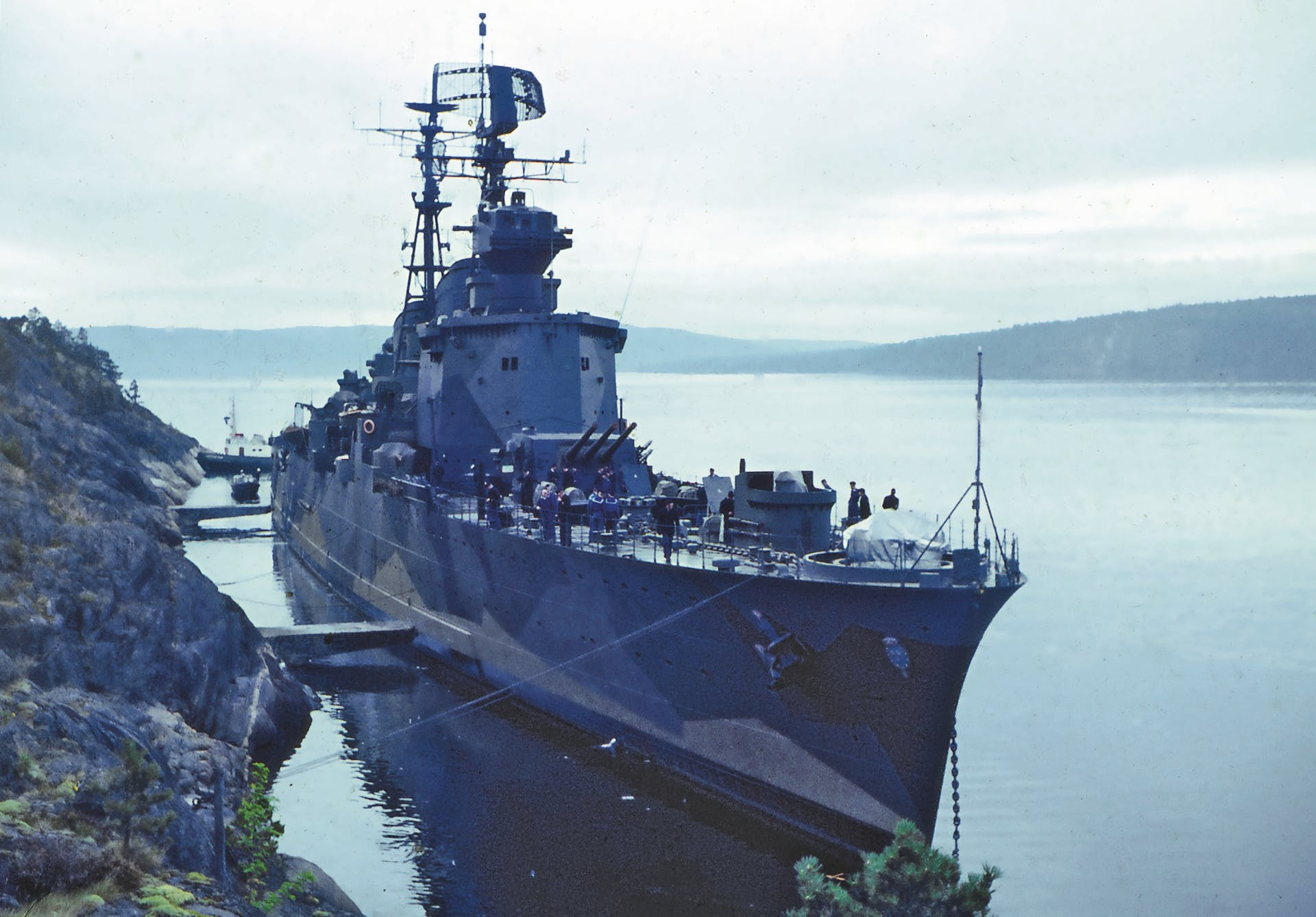 Kryssaren Göta Lejon kamouflagemålad vid en krigsförtöjningsplats 1963-64.