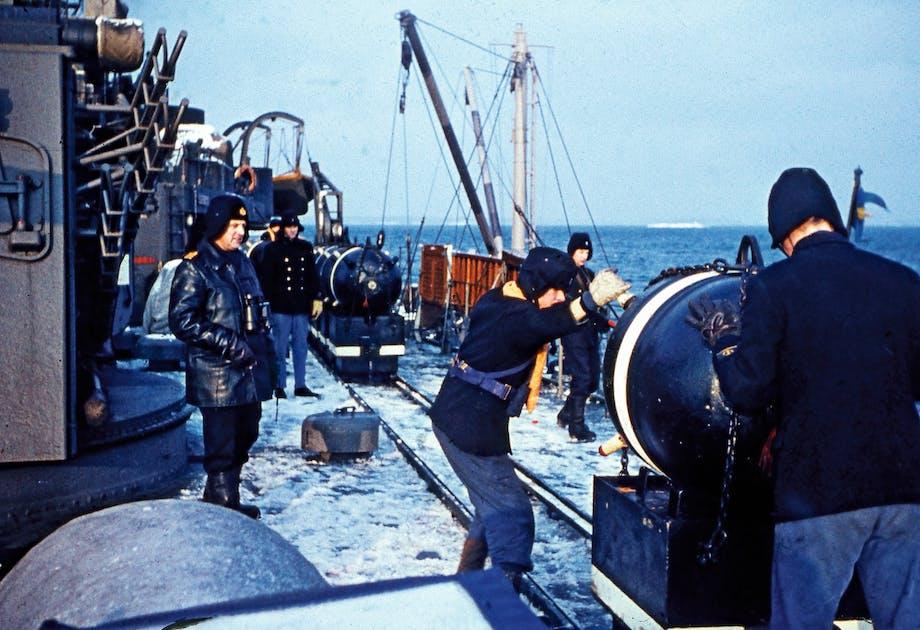 Kontaktminor lastas ombord på Göta Lejon.