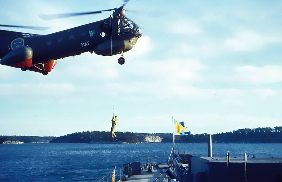 En räddningshelikopter ovanför kryssaren Göta Lejon 1963-64