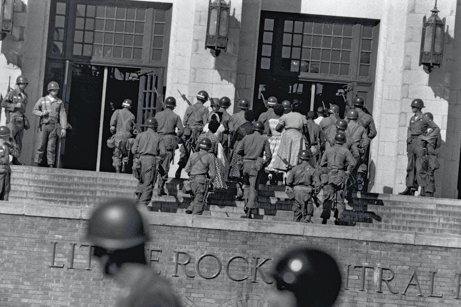 »Little Rock Nine» anländer till skolan, skyddad av beväpnad militär.