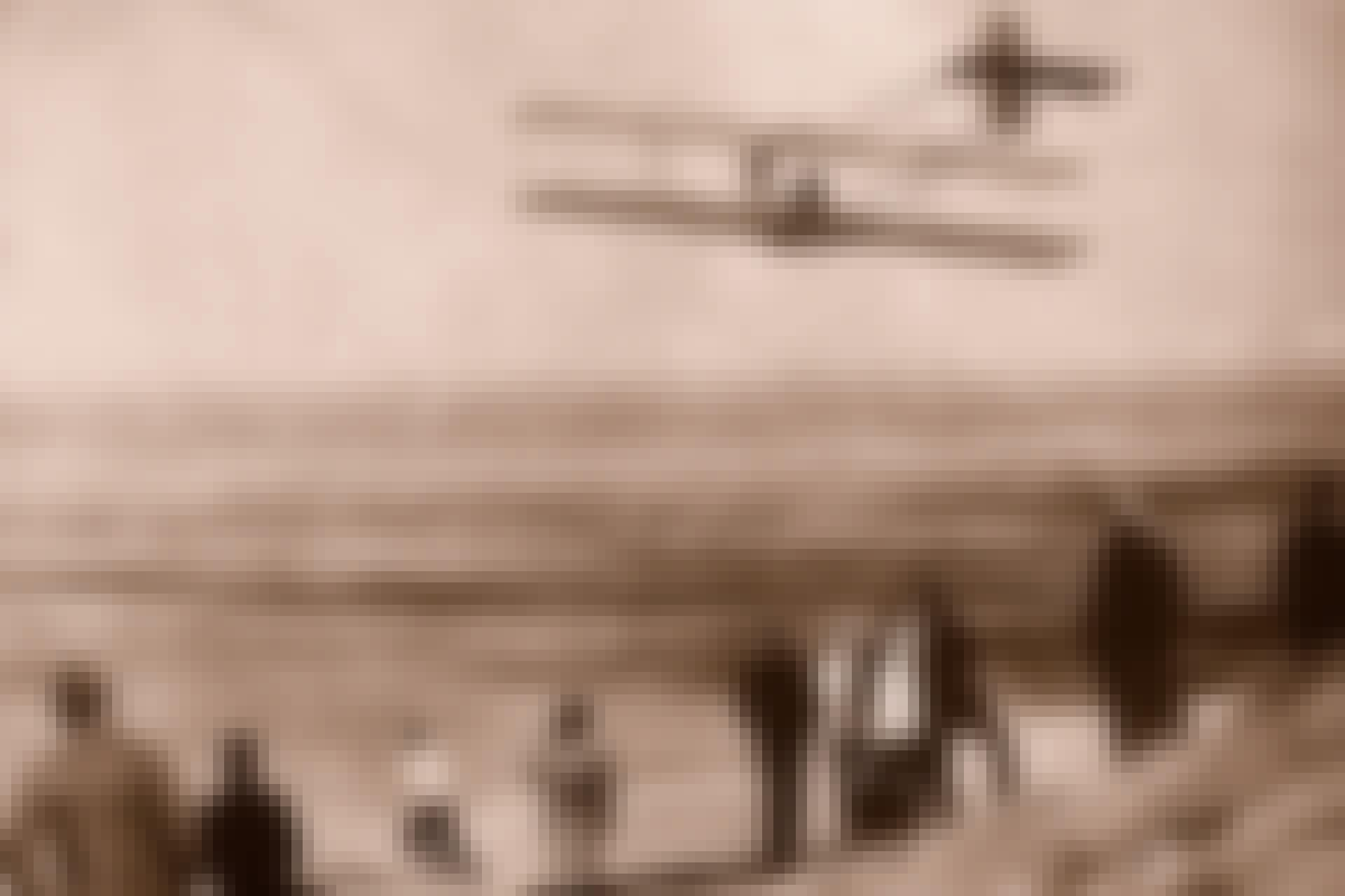 Verdens første flygning med motordrevet fly. Brødrene Orville og Wilbur Wright på stranden i Kitty Hawk 1903.