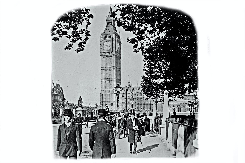 Klokketårnet Big Ben i London på et bilde fra cirka 1909.