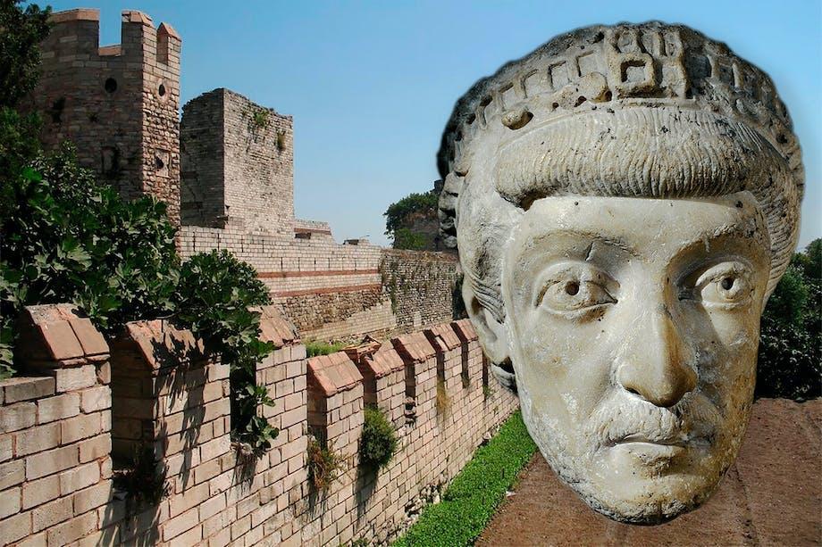 Del av Konstantinopels försvarsmur med skulptur (huvud) av kejsar Theodosius II infälld.