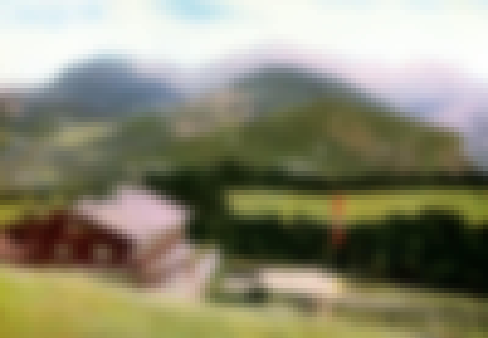Berghof i bjerglandskab