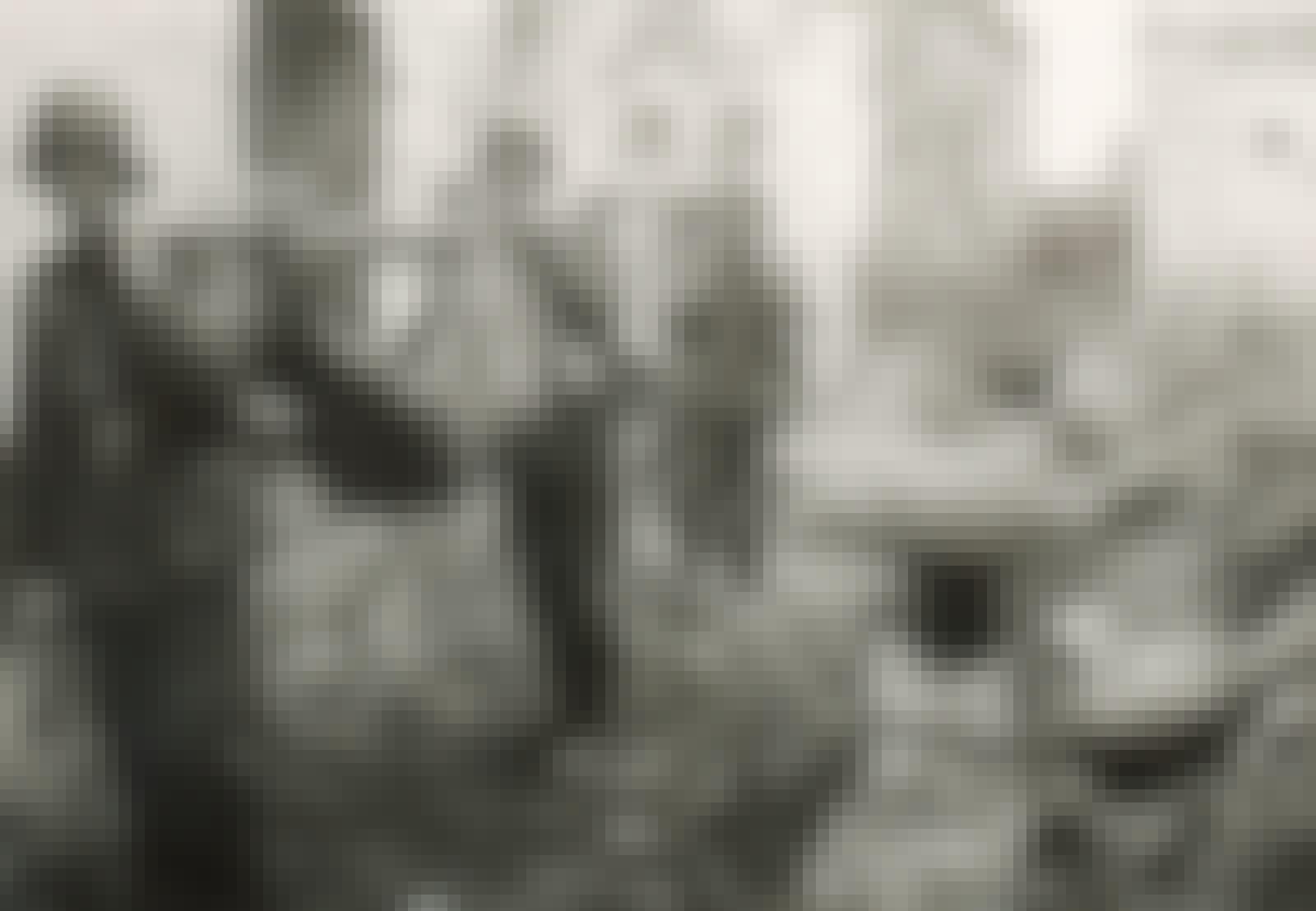Toverit kantavat haavoittunutta saksalaissotilasta Stalingradissa