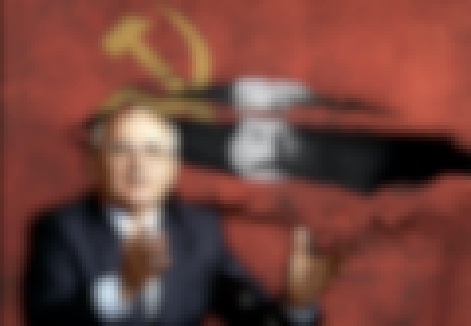 Stalin kikker på Gorbatsjov gjennom flenge i rødt flagg