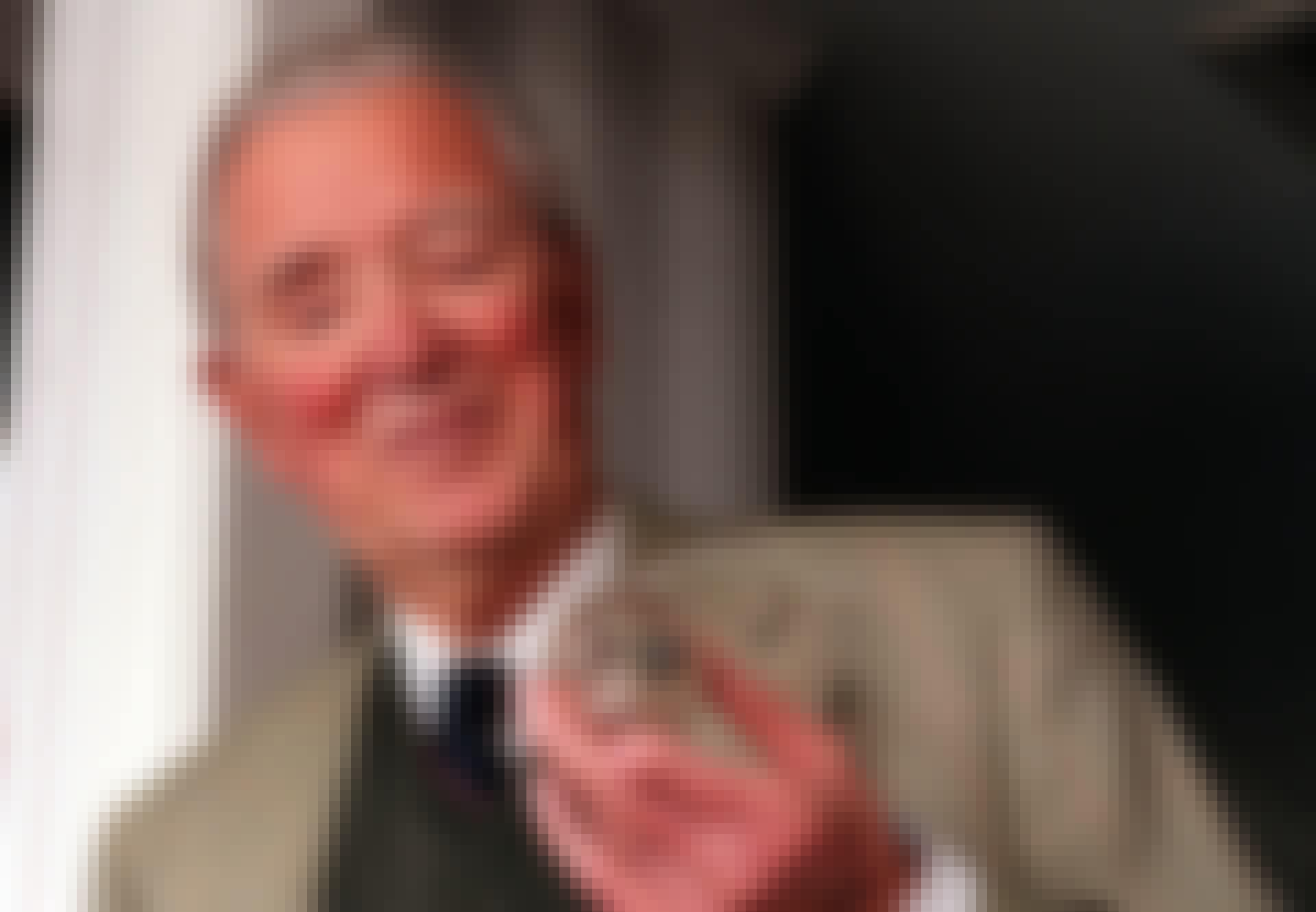 Arne Larsson visar upp sin första pacemaker.